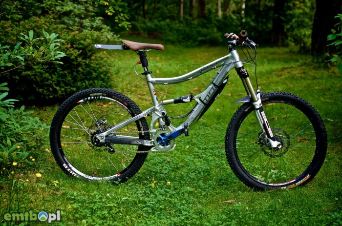Komplet błotników Mucky Nutz zamontowany na rowerze.